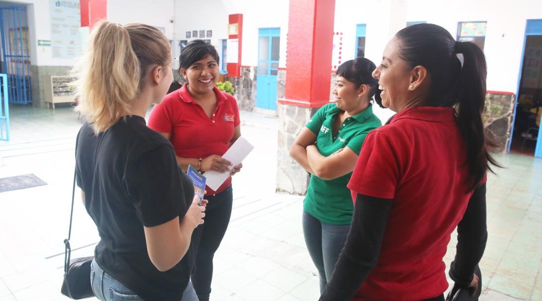 メキシコでスタッフミーティング中の国際開発インターン